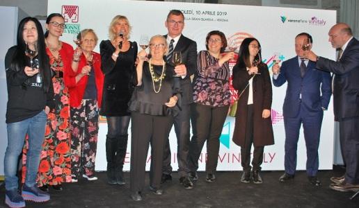 A Vinitaly le Donne del Vino e i vertici di VeronaFiere danno il via libera a due progetti destinati a potenziare le carriere e il talento femminile nel marketing e nella comunicazione del vino,