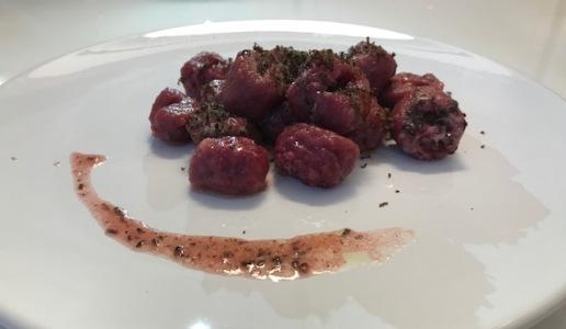 Gnocchi di rapa rossa e tartufo nero