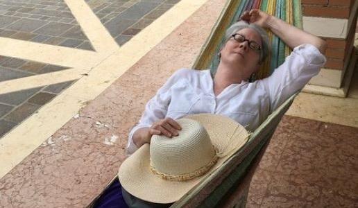 Patricia Guy sull'amaca rubrica agosto