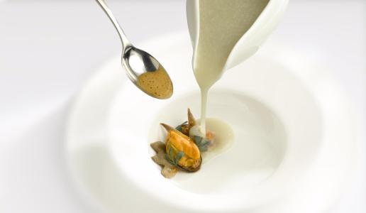 Vellutata di topinambur con creste di gallo, cozze e salsa liquirizia Davide Oldani