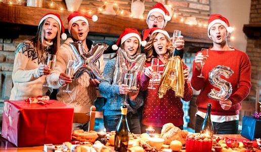 Amici che festeggiano le feste Natale