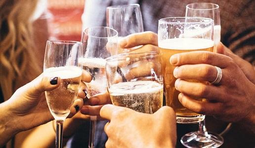 giovani bevono birra altro