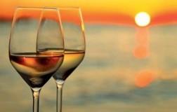 Calice vino bianco spiaggia